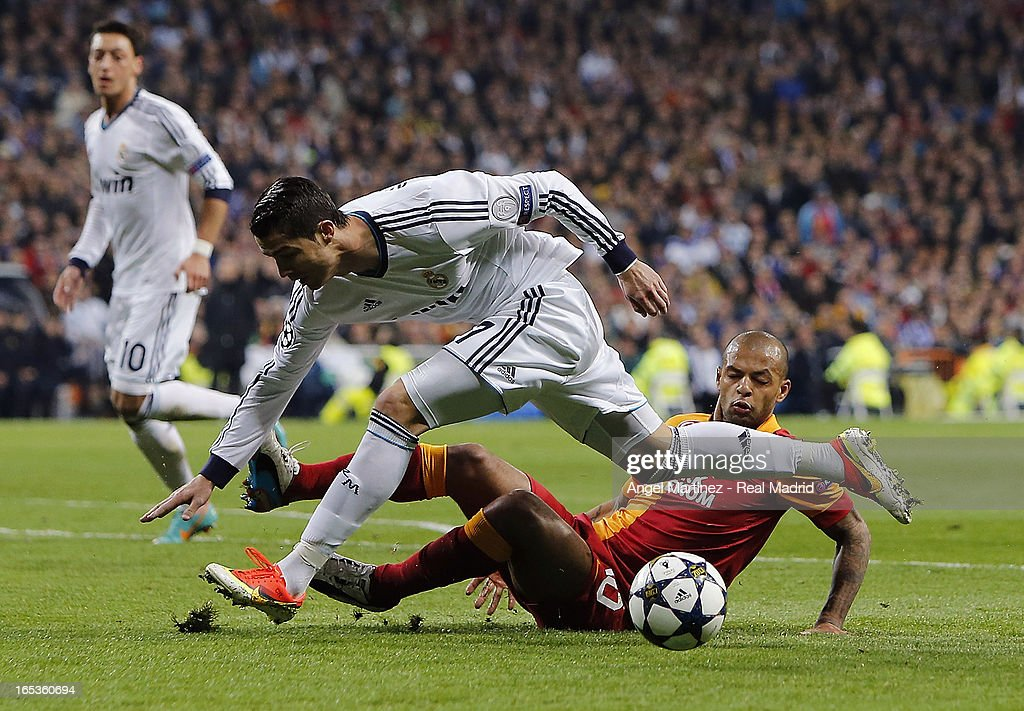 cristiano-ronaldo-of-real-madrid-tangles-with-felipe-melo-of-during-picture-id165360694